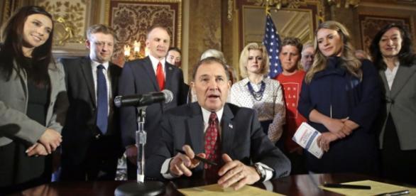 El Gobernador de Utah, Gary Herbert, firmando esta polémica Ley.