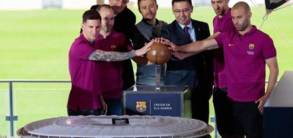 Estrelas do time revelam maquete do estádio (Divulgação/ FC Barcelona)