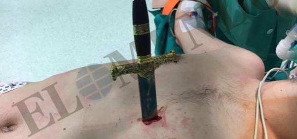 La punta de la espada se quedó a tan sólo medio centímetro del corazón