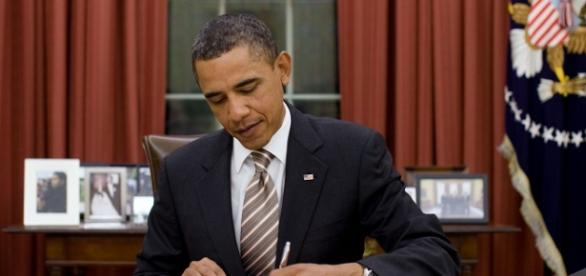 President Obama signs FDA Food Safety Act in Oval Office (photo via Wikimedia.org)