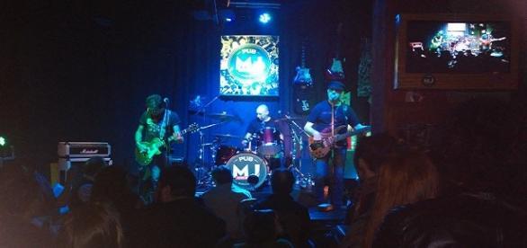 Vox Dei tocando en el pub Mr. Jones