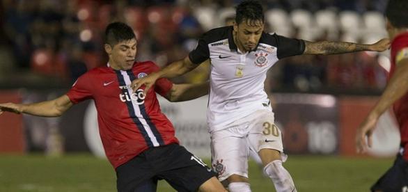 Lucca disputa a bola em jogo contra o Cerro Portenho (Foto: Divulgação)