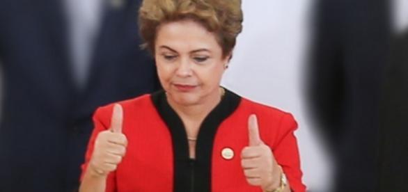 Dilma faz sinal de positivo com as mãos