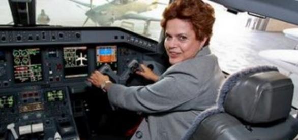 Dilma Rousseff em avião da FAB - Imagem do Google