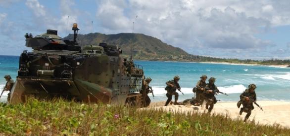 Un'esercitazione militare: giochi di guerra sempre più presenti nelle spiagge sarde.