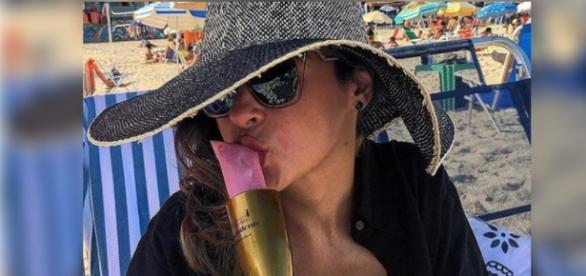 Ana Paula faz pose com sacolé de champanhe