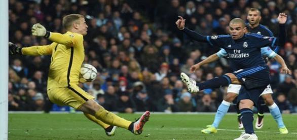 Pepe desaprovecha la ocasión del Real Madrid en el encuentro. Man C. 0-0 R. Madrid