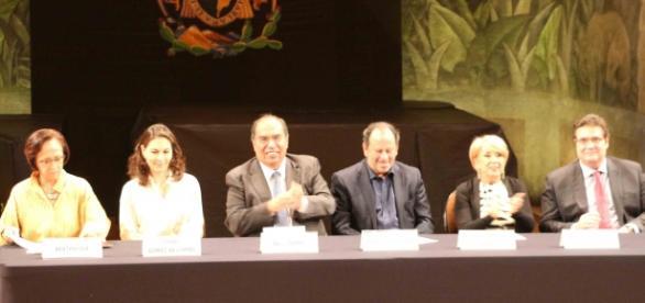 Berta Cea Echenique con la familia Coppel y autoridades culturales de México