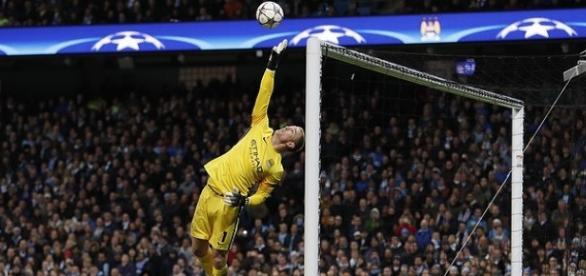 O goleiro Hart fez duas boas defesas e salvou o City
