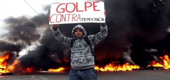 """Manifestante com placa contra o """"golpe"""""""