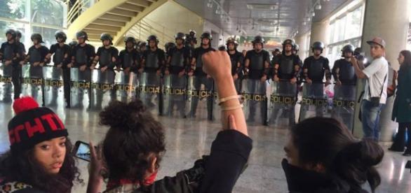 PM invade ETEC Paula Souza para retirar alunos (Foto: O Mal Educado)