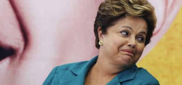 Dilma Rousseff sorri em evento - Imagem/Google