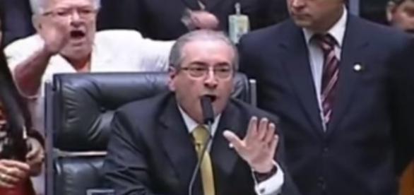 Eduardo Cunha tentando acalmar os ânimos no Congresso.