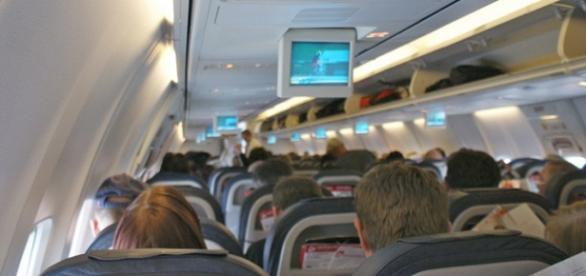 Foto de pasajeros en el interior de un avión