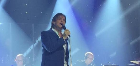 Foto do cantor em momento do show