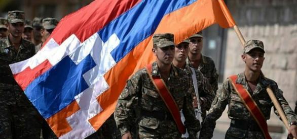 Jovens soldados da Armênia indo para a guerra contra o Azerbaijão