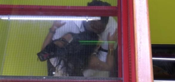 Ronan agarra Munik no Big Brother Brasil