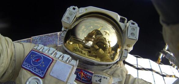 Cosmonauta russo no exterior da cápsula espacial