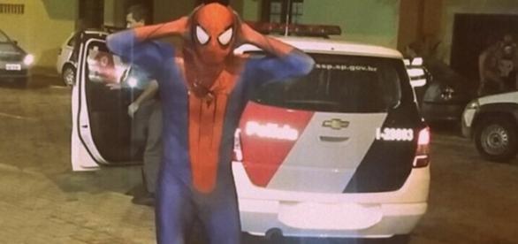 Homem aranha quase é preso - Imagem/Facebook