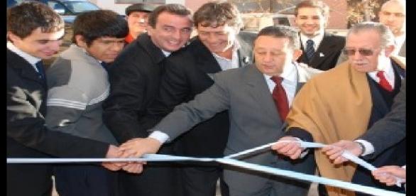 l centro y protegido con un poncho, rodeado de Jaque y Alfredo Cornejo el Ing. Bendini inaugura un sector nuevo de la institución