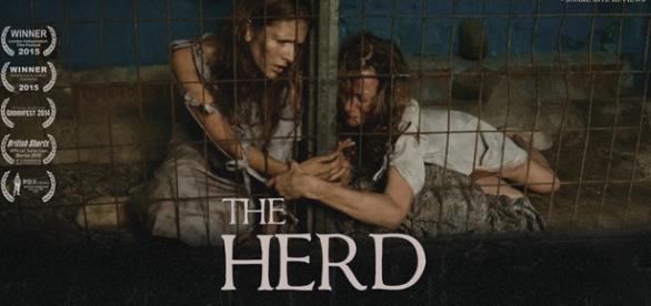 The Herd utiliza mulheres enjauladas sendo engravidadas e exploradas, através da extração de leite, para representar as vacas de fazendas leiteiras.