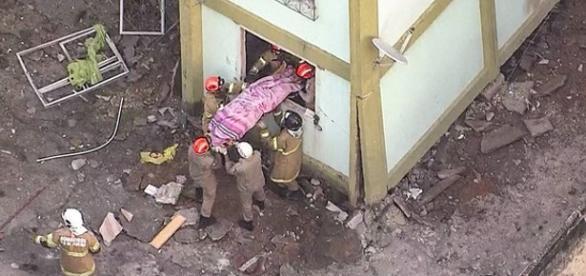 Vitima fatal sendo retirada do apartamento