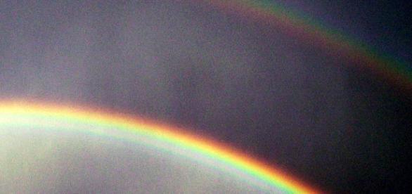 Arco iris doble en el cielo terrestre