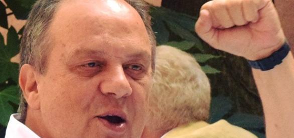 João Soares recorreu ao Facebook para reagir a críticas