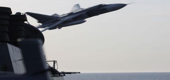 Un avión ruso a 9 metros de un destructor estadounidense en aguas internacionales del Mar Báltico
