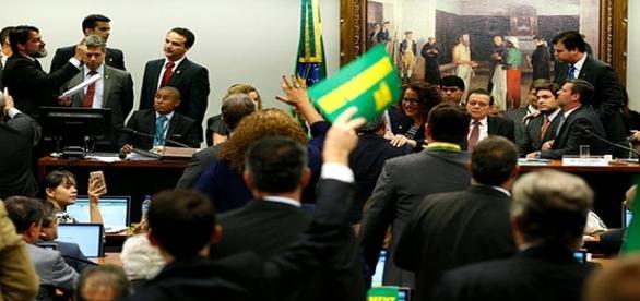 Confusão na comissão do impeachment