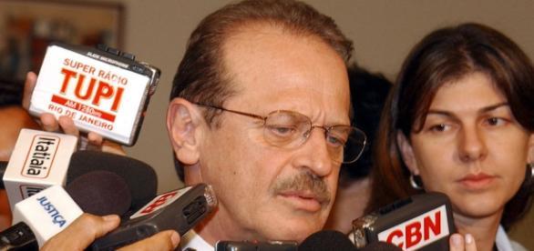 Tarso Genro admite reunião sobre desfiliação de deputados petistas, mas alerta que foco, no momento, é defender Dilma