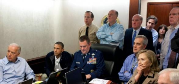Membros do Governo americano observam atentos a operação