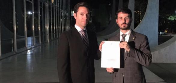 Foto: Divulgação Marcelo Aro - Deputado com o advogado após protocolar pedidos