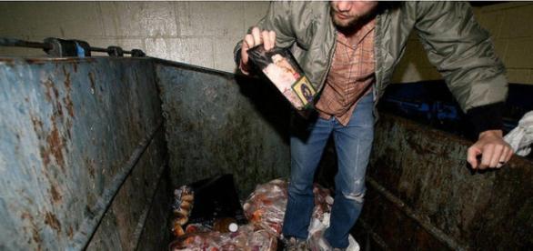 Hombre rebuscando en la basura