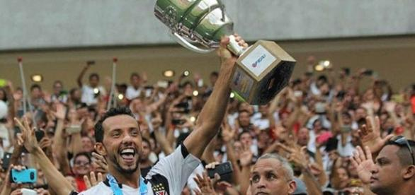 Nêne levanta taça de Campeão Carioca 2016
