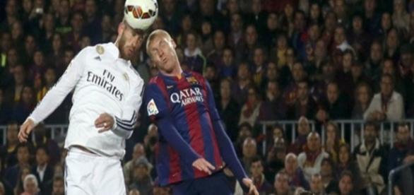 Sergio Ramos remata de cabeza ante la oposición de Mathieu