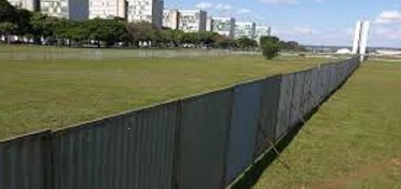Tudo pronto em Brasília, o muro já foi erguido!