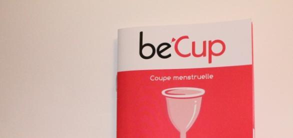 """""""Be'Cup"""", la coupe menstruelle commercialisée en grande surface, fournie avec un livret explicatif."""