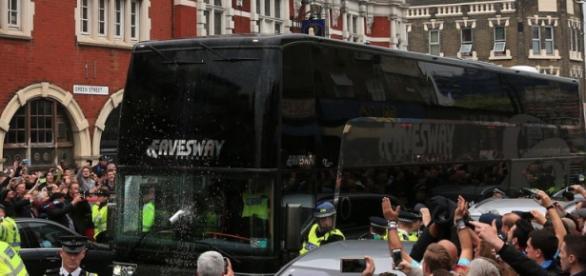 Hinchas del West Ham atacaron el bus del Manchester United