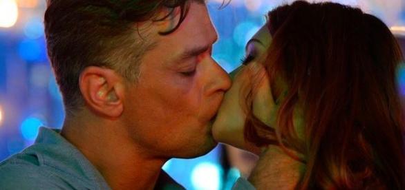 Jonatas chega na hora H, onde clima romântico entre Eliza e Arthur esquenta.