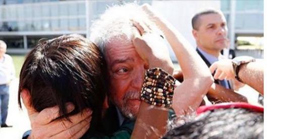 Abatido e sem dar declaração, Lula limitou-se a dizer que 'ia pra casa'