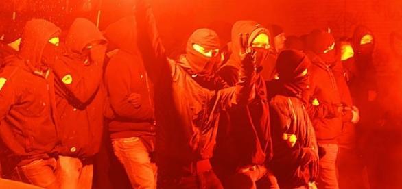 Czerwoni pałkarze (anty)niemieccy dławią opór społeczeństwa.