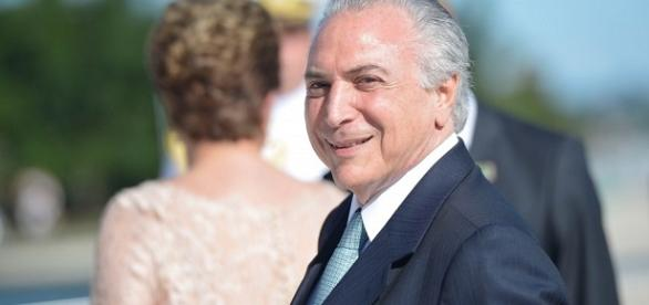 Temer assume a presidência , Dilma sai da presidência...