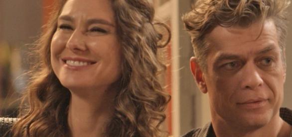 Arthur se surpreende ao ver Carolina cuidando do futuro filho