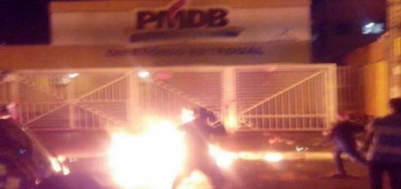 Manifestantes tentam atear fogo na sede do PMDB