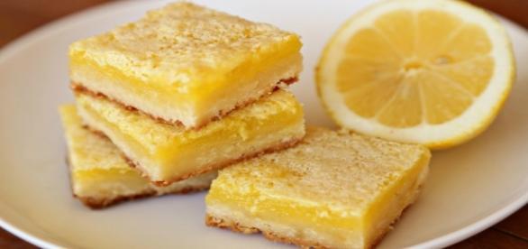 Quadrotti di pasta frolla ricoperti di crema al limone