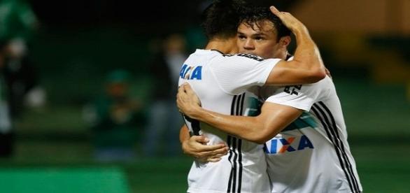 Kléber comemorando seu gol com companheiro de equipe.