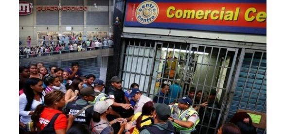 Magazinele sunt păzite de polițiști și militari în Venezuela