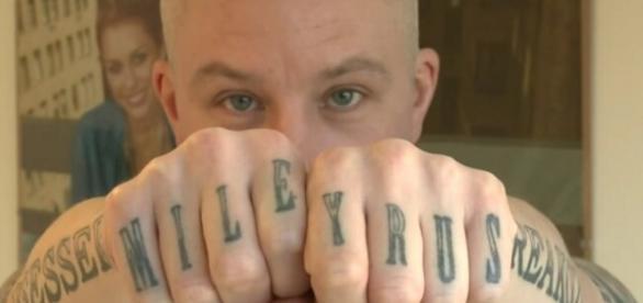 McCoid mostra algumas das 29 tatuagens / Foto: facebook.com/carl.mccoid.5