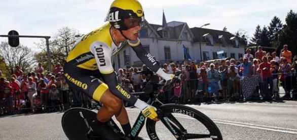 Roglic ganó bajo la lluvia la crono en el Giro de Italia